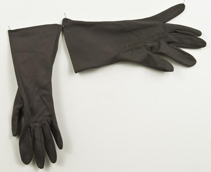 """Hansker i grå nylon, fabrikkprodusert. Lapp inni""""Nylon Simplex Import 3"""". God tilstand"""