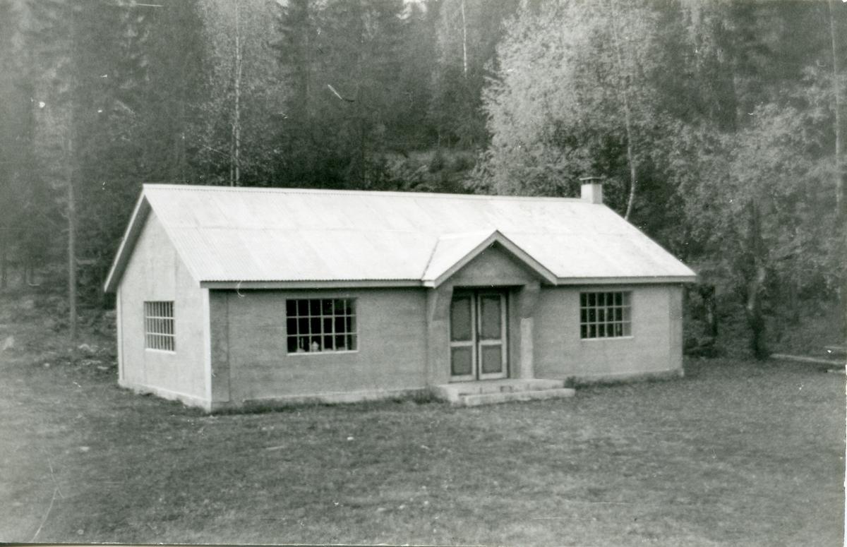 Bagn Bygdesamling. Murbygningen ble satt opp i 1938, og huser i dag både administrasjon, resepsjon og utstilling.