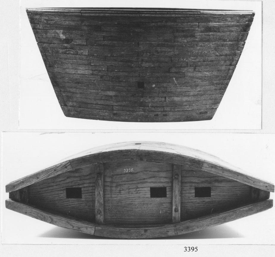 """Modell och """"sätt"""" till dockebyggnad. Material: trä, fernissat. Den användes för att utestänga vattnet från en docka, då dockportarna behöver stå öppna, medan dockan var länsad."""