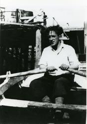 Ragnar Gjerp i robåt ved kai.