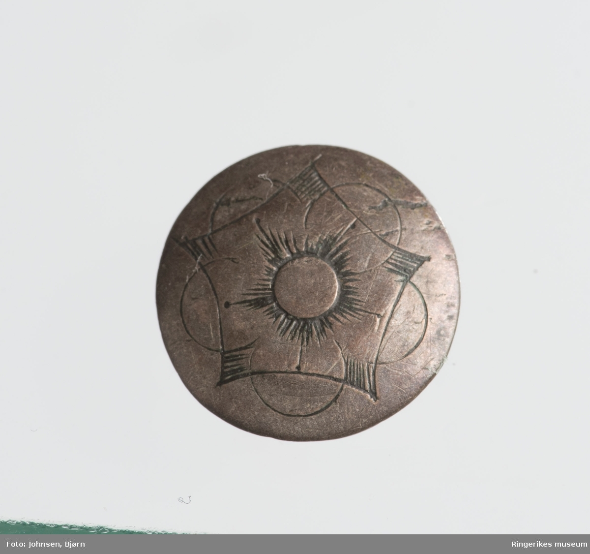B: blomst med 7 kronblad, sirkel og bølget bord ytterst (C-er)  C: A i en sirkel, bølget bord ytterst, stiliserte blad. D: blomst med 6 kronblad , over lagt et sekskantet rektangel. E: Samme motiv som D, men mindre format og fem kronblad.