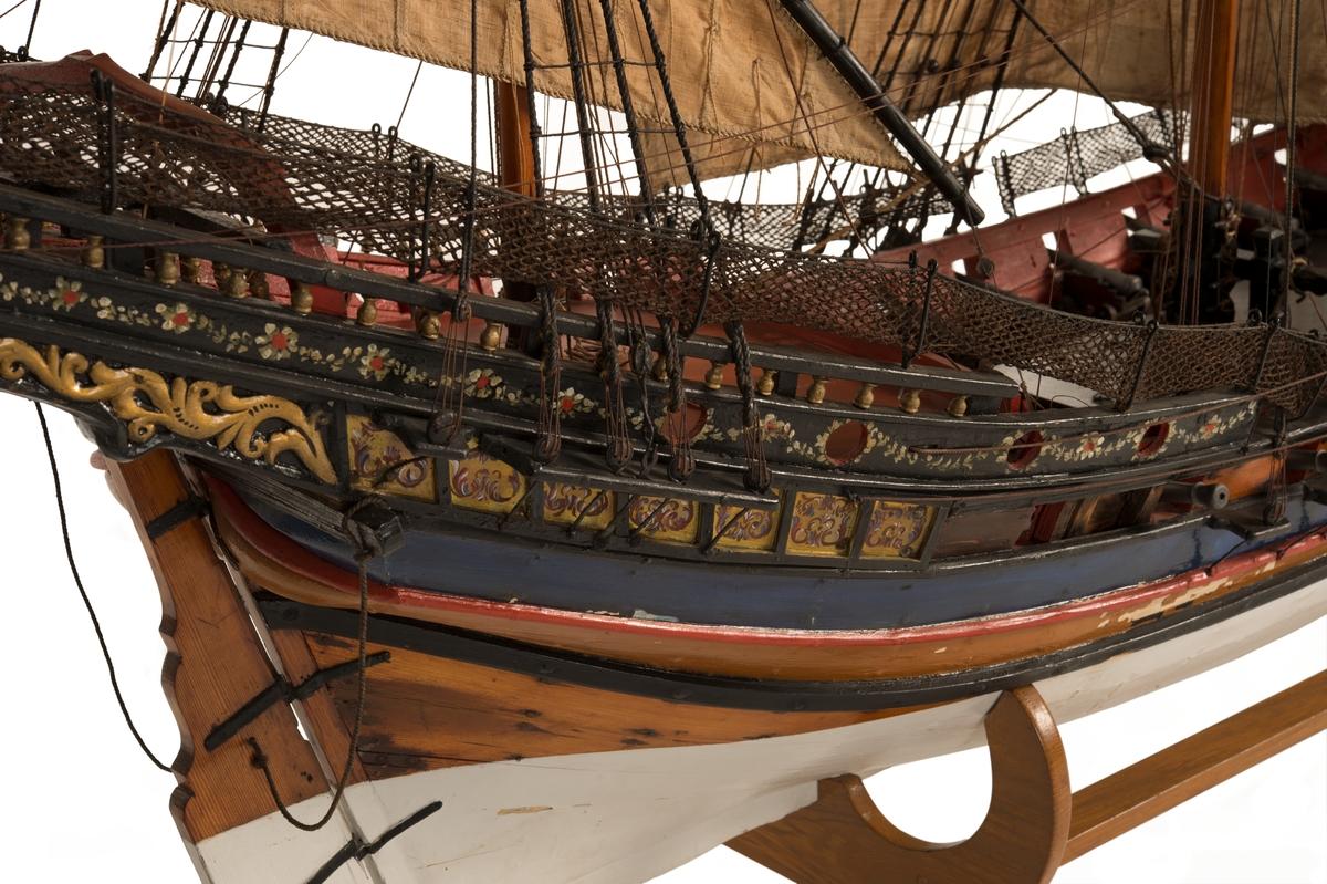 Fartygsmodell Fransk Chebeque, tacklad och inredd. Försedd med 3 master, med rår på stor- och kryssmast samt spri på fock- och kryssmast; med 4 st rå- och 6 st snedsegel. Modellen av trä är målad i svart, brun, blå, röd och svart färg och under vattenlinjen vitmålad. Akterpartiet är förgyllt och försett med en målad blomranka. I dag är hon bestyckad med 17st kanoner det finns 20 kanonportar. Enligt inventarieförteckning från 1804 var hon bestyckad. Troligtvis har kanonerna försvunnit och kompletterats med nya vid ett senare tillfälle. Modellen är troligtvis inköpt av kaptenerna Abraham Falkengréen och Gustav Ruuth samt mästarknekt Karl Falck under deras studieresa till Frankrike och Italien i början av 1720-talet. Finns med i Karlskrona modellkammarinventarie från 1804.