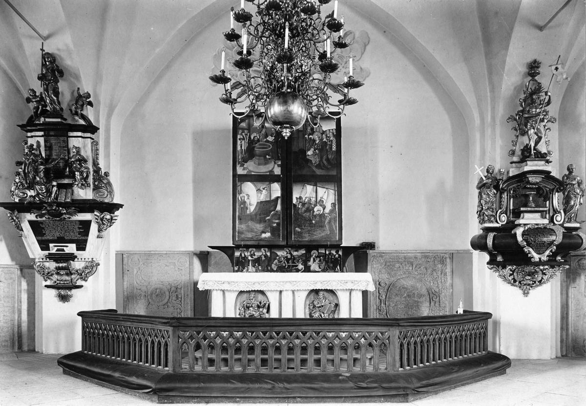 Köpings Kyrka Altarskåpet stängt, samt altaret.