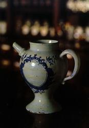 Postkort. Sirupkanne, fajanse, antatt Herrebø 1760, fra Kong