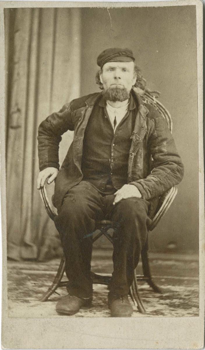 Fangeportrett. Johan Johannesen, Skotselv, arrestert i 1872, innsatt i distriktsfengslet i Hokksund for konkubinat (samboerskap).
