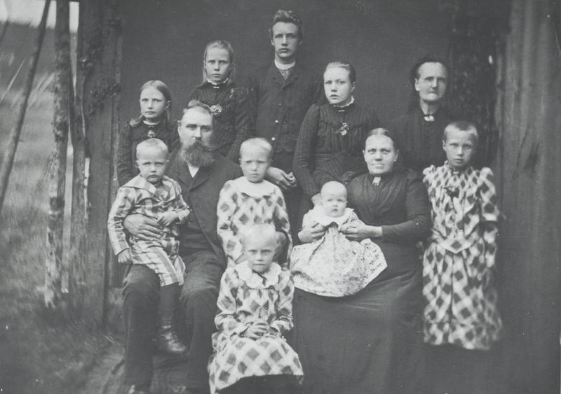 Familien Hoel fotografert i 1893. Sigurd sitter på farens fang. Bak står fra venstre: Helga, Signy, Olav, Magnhild og mormoren Marie Nilsen. Ved siden av faren står Kristine. Aasta sitter på morens fang. Ved siden av moren står Gudrun, foran sitter Dagny. (Foto utlånt av Gyldendal Norsk Forlag)