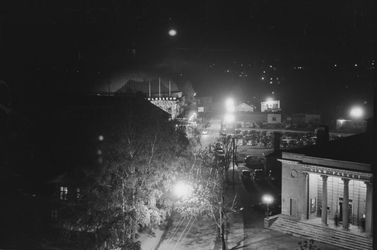 Utsikt mot Kinopalæet i Sørkadalsveien/Fridtjof Nansensvei. Bak til venstre Colosseum, der det denne dagen var premiere på Olympiafilmen.