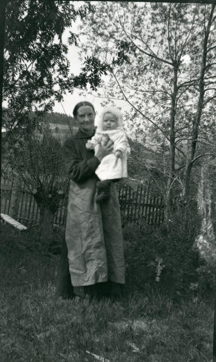 Ingebjørg Velingsrud med barnebarnet Ingebjørg.