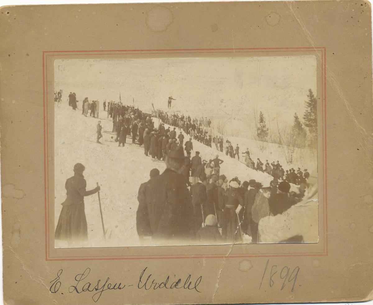 Hopprenn i Fjelkenbakken under Skaugum i 1899.
