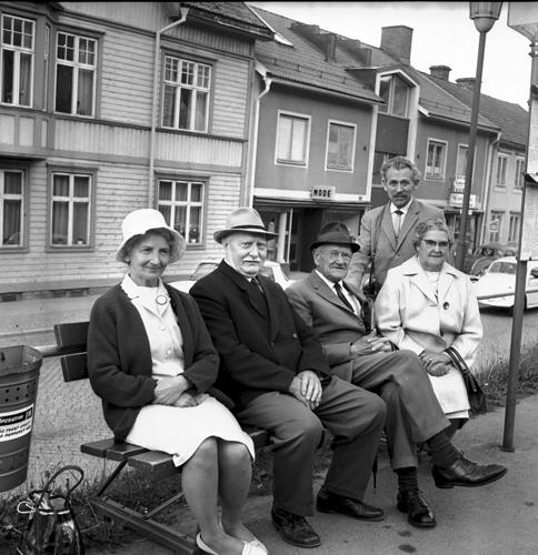 Sällskap vid busshållplatsen år 1968