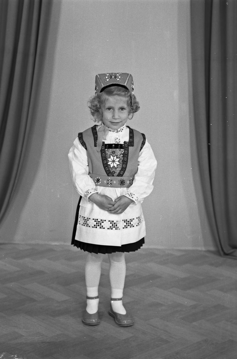 Portrett - ung jente i bunad - bestiller Arne Knutsen