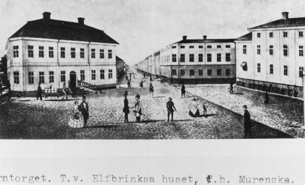 Gävle stad – Norr. Järntorget (ungefär där Drottninggatan nu möter Centralplan) med Drottninggatan mot väster. Till vänster kommunalrådet Elfbrinks hus, till höger Murenska huset. De förstördes vid stadsbranden 1869.