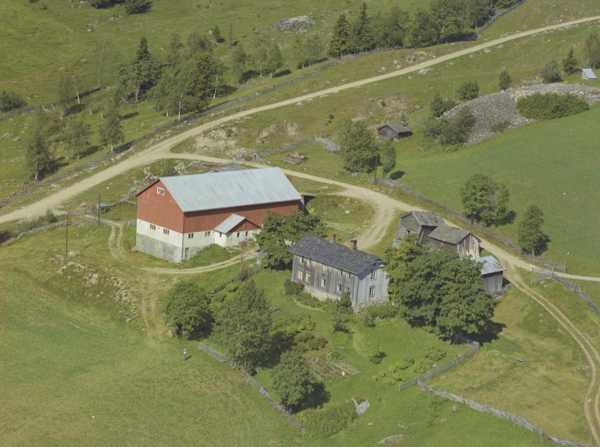 Mælum gård, gammelt grått våningshus, gamle uthus, ny driftsbygning, Øygardom, Østre Gausdal