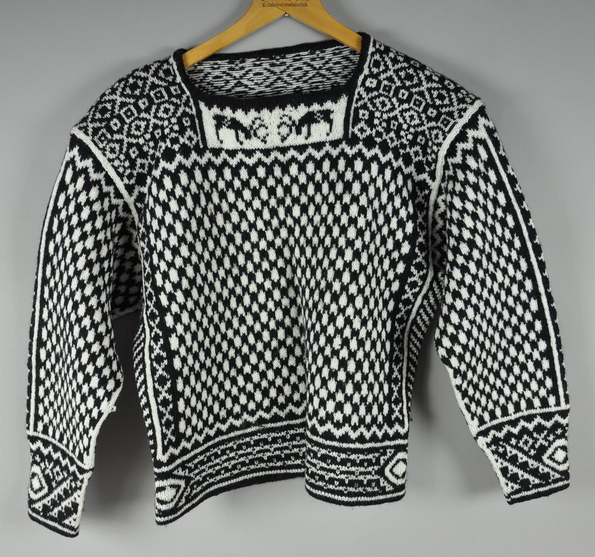 Ullgenser med hvite og svarte mønstre. Under kragen på framsiden er det motiv av to reinsdyr.