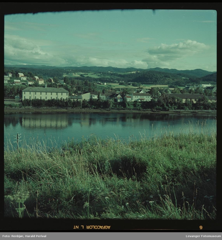Fra Staupslia mot Levanger, vi ser Byskolen og Remonteskolen.