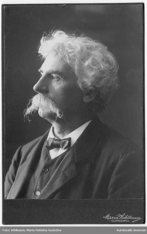 Urmakare Johan Lindelöf (född 1850 död 1914). Lindelöf hade sitt urmakeri på Storgatan 23. Johan Lindelöf öppnade sitt urmakeri under sommaren 1882 och drev rörelsen till sin död 1914. Claes Nilsson (född 1858 död1917) som arbetat som verkmästare sedan slutet av 1880-talet drev därefter verksamheten vidare för änkans räkning. Senare tog han över rörelsen och den blev därefter kvar i familjen i tre generationer under namnet Nilsson Ur och Optik.