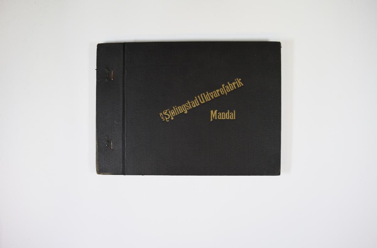 Prøvebok med 5 stoffprøver. Middels tykke sorte stoff, noen med skrå striper i vevmønsteret. Stoffene ligger dobbelt i boken slik at vranga dekkes. Stoffene er merket med en rund papirlapp, festet til stoffet med metallstift, hvor nummer er påført for hånd. Innskriften på innsiden av forsideomslaget kan være en bestilling. Boken inneholder flere ulike kvalitetsnummere.   Stoff nr. (slik det står på lappene på stoffene): 660B, 160B/1, 160/1, 160/2, 165/1