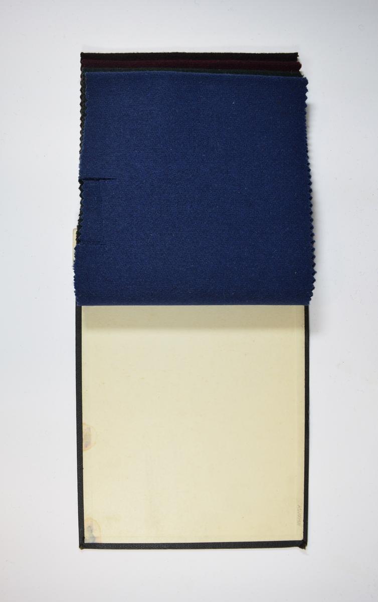 Hefte med 4 tekstilprøver. Heftet består av en stiv bakplate og en papp-plate der heftet er stiftet som dekker ca. 5 cm forsiden. Middels tykke ensfargede stoff. Stoffene ligger brettet dobbelt slik at vranga dekkes. Alle stoffene bortsett fra det første, er merket med en rund papirlapp, festet til stoffet med metallstift, hvor nummer er påført for hånd. På grunn av innskriften på forsidepappen kan det antas at alle stoffene har kvalitetsnummer 99B.   Stoff nr.: 99B/50, 99B/51, 99B/52, 99B/53.