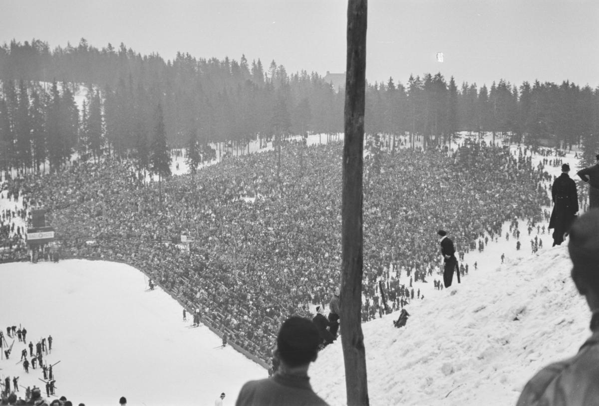 Holmenkollrennet 1939. Utsikt fra tribunen mot Besserudtjernet og publikum.