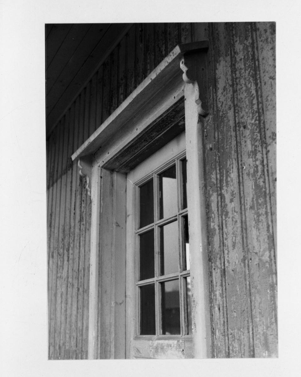 Detalj av Mork stasjonsbygning før den ble demontert for flytting fra Mork til Fossum på museumsbanen Urskog-Hølandsbanen