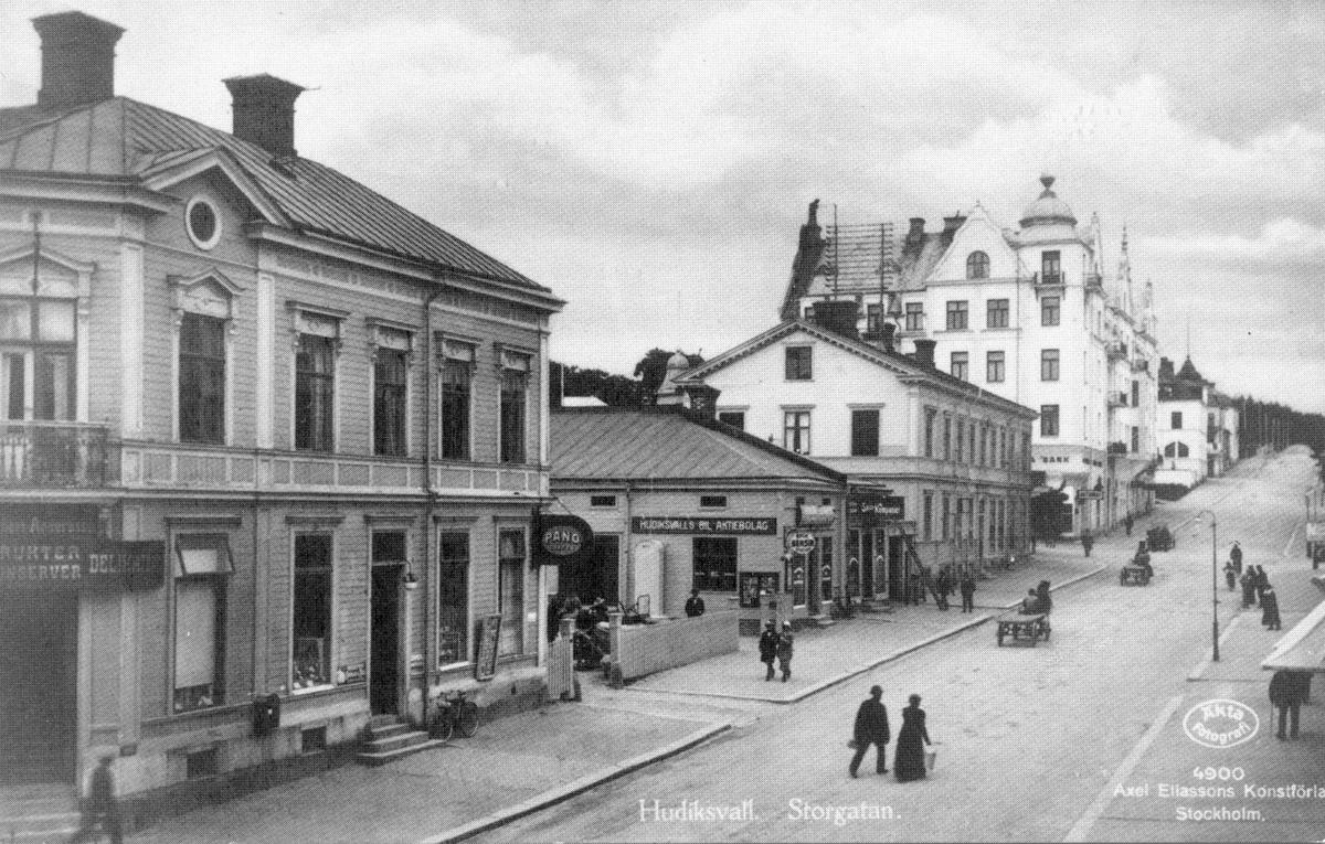 Hälsning från Hudiksvall. Storgatan mot väster. Nytryck 1988, Hälsinglands museum