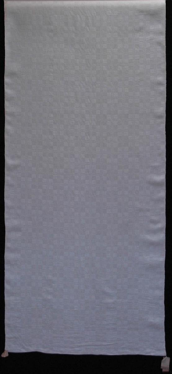 Drällväv, 600 x 79 cm, tuskaft och korndräll. Smårutigt mönster. Kopierad efter duk från Haga, Karbenning. Beställd genom fröken Aimée Åkerhielm, Högfors. Vävd av Norbergs Bergslags hemslöjdsförening (nr 7).  Katalogiserad av Karin Nordenfelt, Elisabet Stavenow, Marie-Louise Wulfcrona-Dagel.