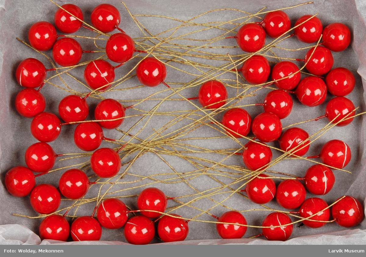 Form: Kuler på ståltråd. 48 deler