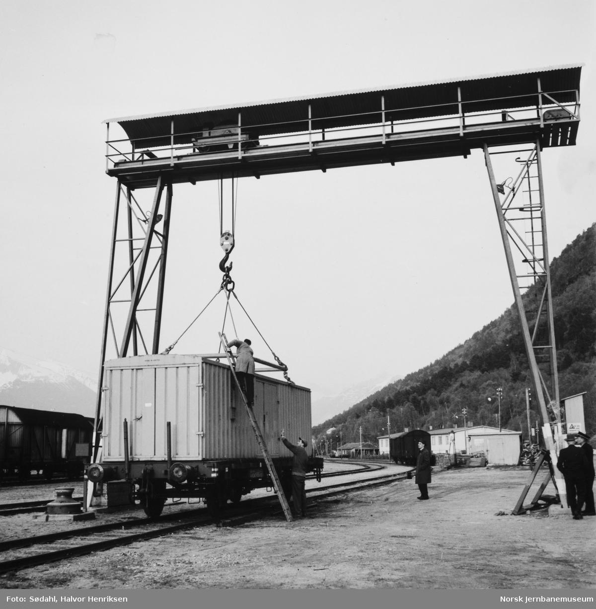 Lasting av container på Tl4-vogn med portalkranen på Åndalsnes stasjon