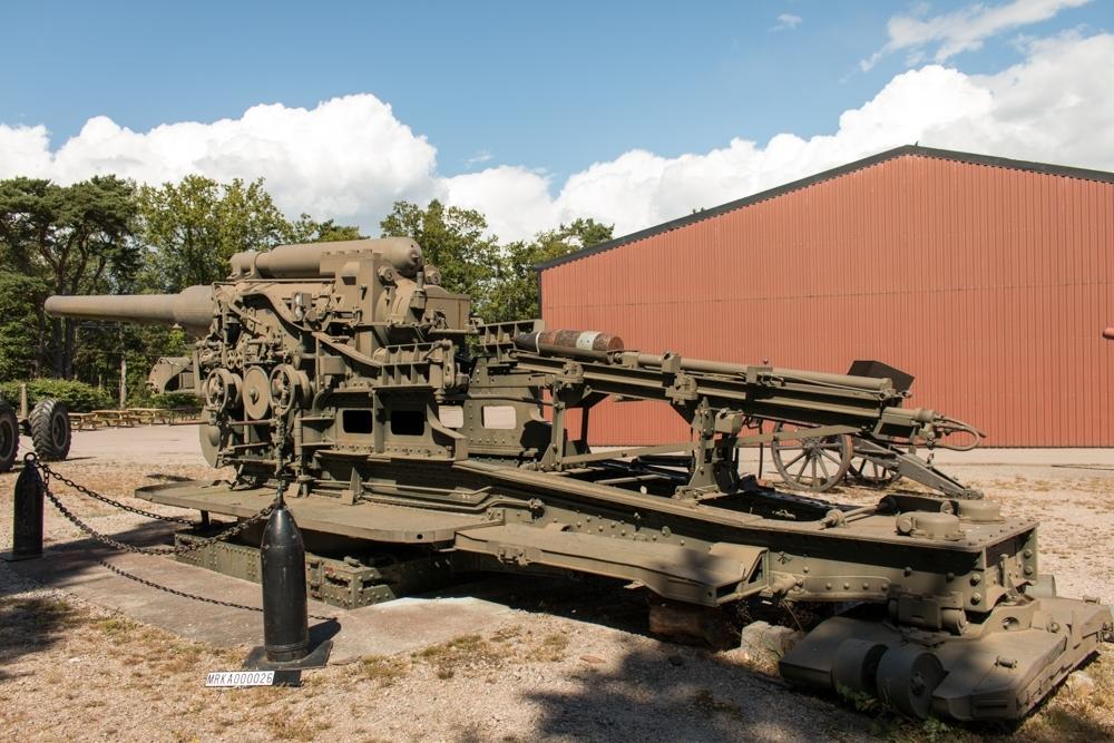 Allmänt: Transporterades i tre enheter; bädden (14 ton), lavett (16 ton), eldrör (17 ton) Cylinderskruv med konsolluckans vridningsaxel placerad långt från kärnlinjen samt utfasning på skruvens högra sida för att komma in i eldröret vid insvängning.  Data: Max skottvidd:   Ammunition; pansargranat m/43, halvpansargranat m/43, spränggranat m/43 Laddning 1   17 600 m  Laddning 2   21 900 m Laddning 3   30 000 m Projektilvikt:  135 kg Utgångshastighet:  Laddning 1:  550 m/sek  Laddning 2:  650 m/sek Laddning 3:  800 m/sek Eldhastighet:  2 till 3 skott/min Sidriktning:  360 grader Bemanning: 30 man med förare