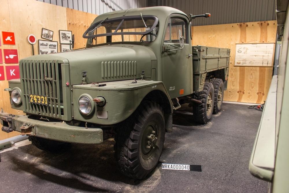 Allmänt: Fabrikat Volvo TL 22/1957 Data: Motor: Volvo A 6 Effekt: 105 hk vid 3000 varv/min Drivmedel: Bensin Tankvolym: 95 liter Maxfart: 4:an högväxel 75 km/tim Kraftöverföring: 4-växlad osynkroniserad växellåda, fördelningsväxellåda med terrängväxel. Vinsch: 4 ton med enkel lina