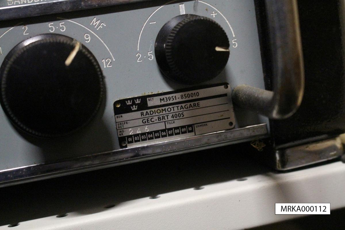 Ursprungsbeteckning: GEC-BRT 400S. Nr 246  Data: Typ: Superheterodyn med 11 elektronrör Frekvensområde: I 6 band, 150 – 350 Khz och 550 Khz – 33Mhz Strömförsörjning: AC 95/130V alternativt 195/250V Modulation: A1, A1K, A2, A3, A3 TONSKIFT och F1  Utförande: Bordsmodell i metall alternativt i 19-tum för rackinstallation Ljudutgång: Yttre högtalare eller hörlurar