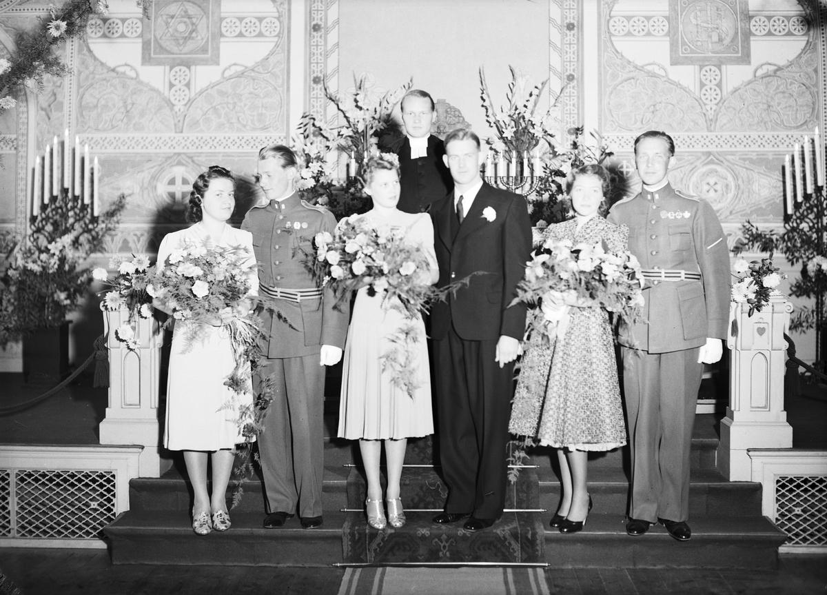 Trippelbröllop i Soldatkyrkan, Gävle. 7 oktober 1939. Brudgummen är bröder.