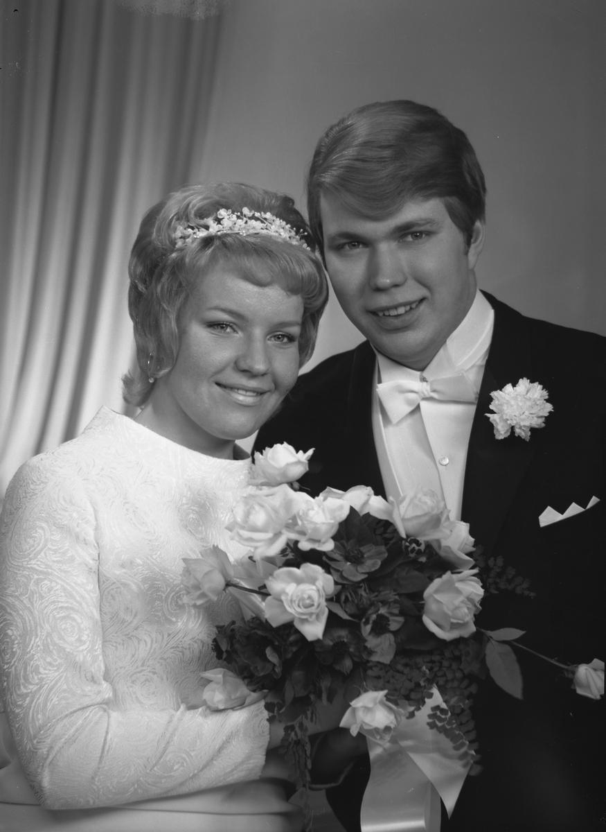 Brudparet Elfström, Tallbacksvägen 39 A, Sandviken. Den 15 januari 1971