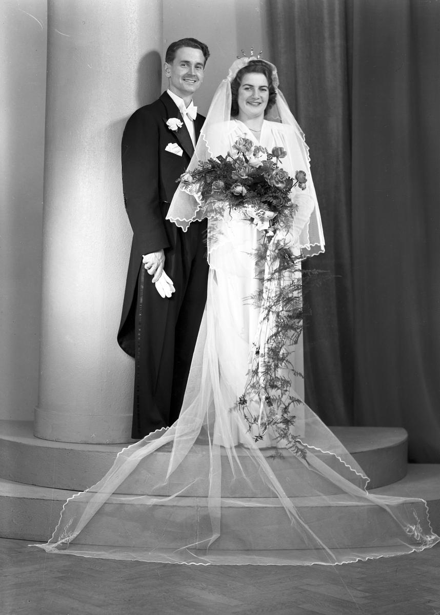 Brudparet Erik Kristensson, Hillringsberg. Fotografiet sändes till , Nya Lärarbostaden, Glava. 19 november 1944.