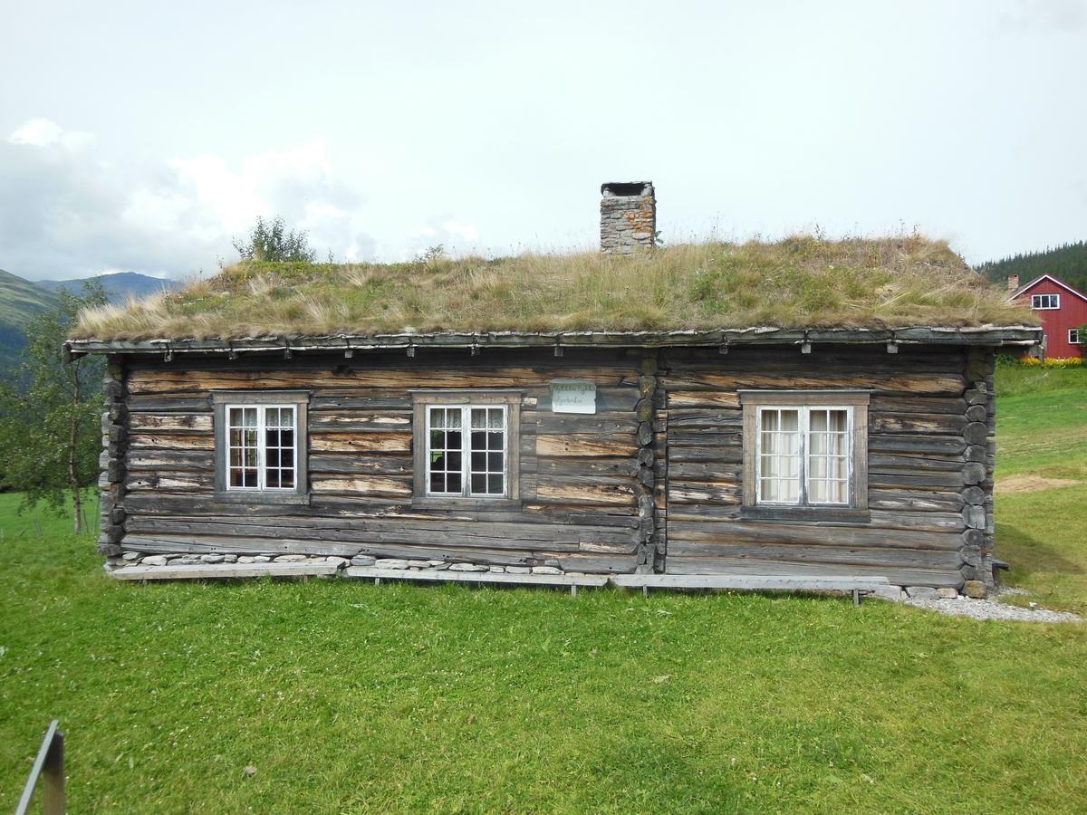 Laftet bygg i 1 etasje. Består av en større tømmerkasse med en mindre kasse satt inntil og en inngang i reisverk.