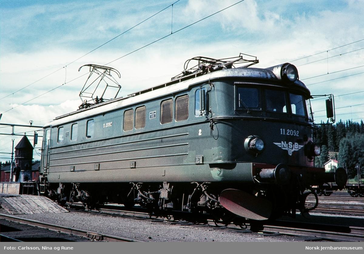 Elektrisk lokomotiv El 11 2092 på Eina stasjon