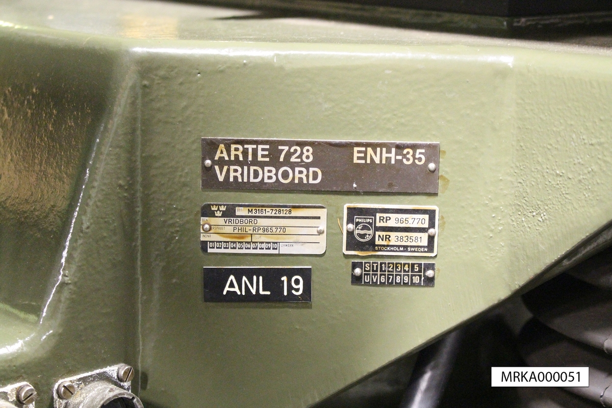 Ursprungsbeteckning: PHIL-RP 965.770 nr 383531  Data: Beräkning: Egen dator Sensorer:  Laser, kikare Mätnoggrannhet:  Plus-minus 1 m på avstånd upp till 30 000 m beroende av väder och uppställningshöjd. Avläsningsnoggrannhet: 1 m. Bemanning: 5 man