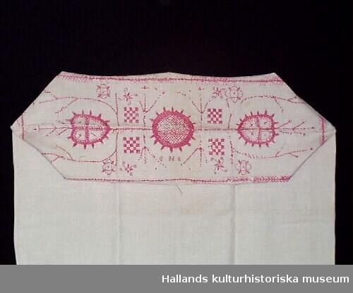 Putevar av vitt linne. Hallandssöm broderat med rött lingarn i geometriskt mönster.