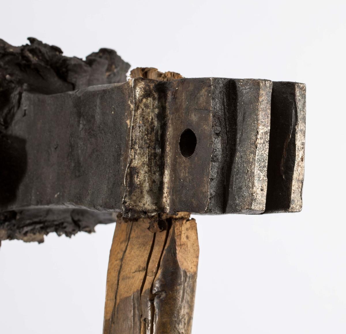 """""""Bruktes til å slå not og fjær i planken som bruktes til vannsumper. Not og fjær passet til hinannen da vannet kom til svellet de ut og ble helt tette."""" NTM: """"Disse bruktes når man skulle bygge en vannsump. Planken var ikke høvlet eller pløyd. Det ble så på sidene med disse sinker slått inn not og fjær idet man slo på sinken med en slegge. Da planken på denne måte ble satt sammen og utsatt for vannet, este planket ut igjen og det hele ble meget tett."""" Jf. BVM 3942."""