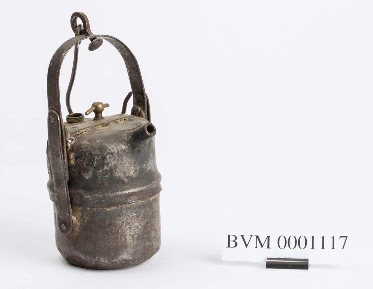 AV DEN FØRSTE TYPE SOM BLE BRUKT VED SØLVVERKET. TILHØRT HANS GULLI, SJAKTARBEIDER OG SJAKTARBEIDERFORMANN. ARBEIDET VED KSV 1914-1952.