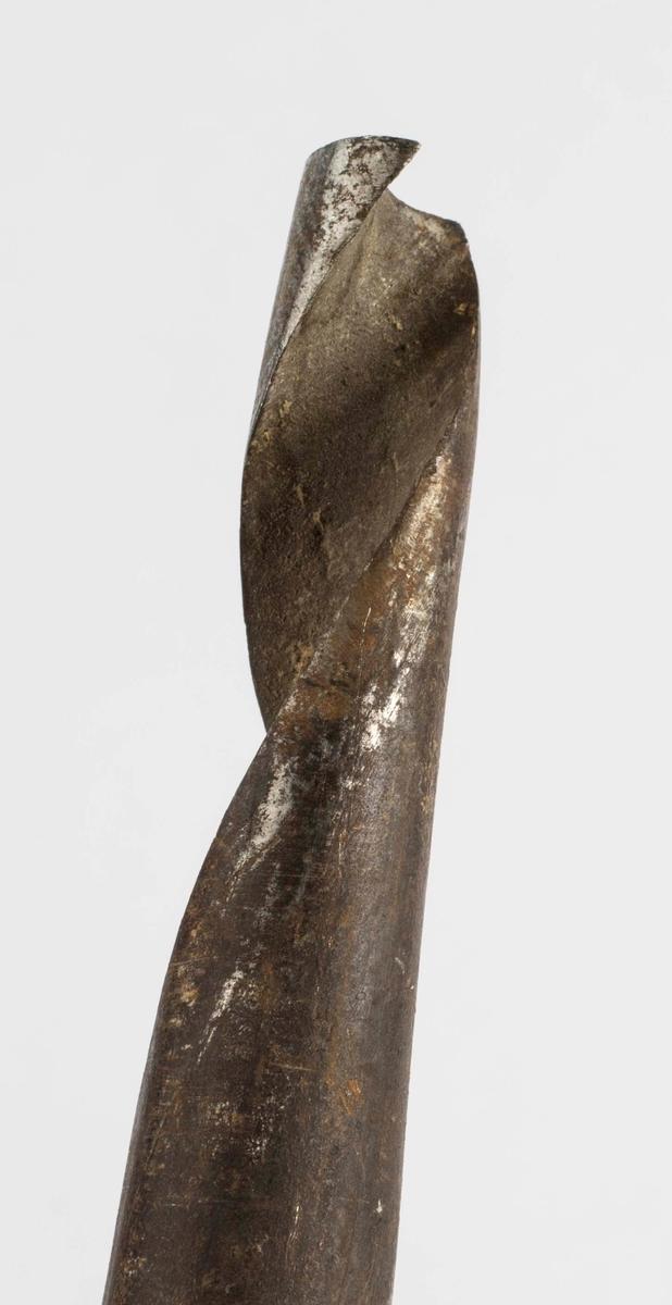 Tre bergmannssymbol, korslagt hammer og bergsjern, er stempla inn i naveren. Disse er små, bare 0,7 x 0,6 cm.