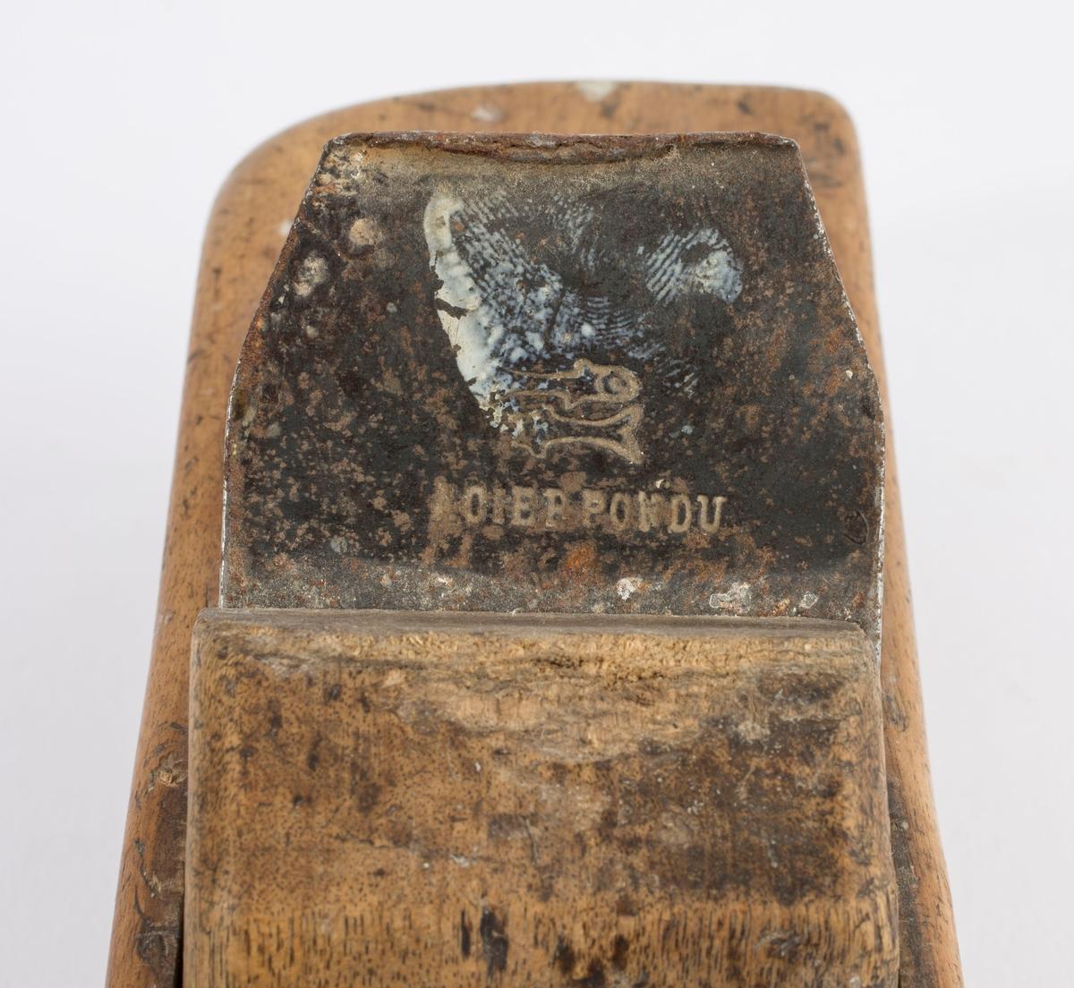 """Høvel i tre med horn/håndtak, høveljern og kile. På jernet er det stemplet inn to motstående fisker og """"CIER PONDU"""". På høyre langside er det svimerket inn to ganger """"SV""""."""