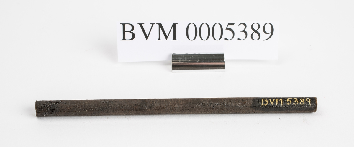 Svart tjæreinnsatt tre- eller papprør funnet sammen med redskaper brukt til trearbeid. Mulig er denne brukt som blyantholder.