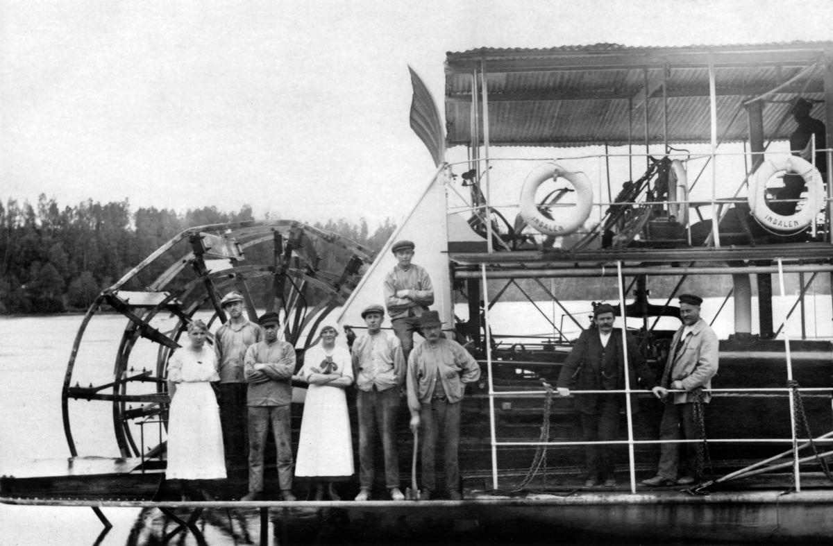 """Besättningen på hjulångaren """"Indalen"""" som trafikerade sträckan Bergeforsen-Indal. Båten byggdes 1887. 1928 gjordes båten om till flytande kafé för att därefter fungera som matservering vid bygget av Östrandsfabriken. 1934 skrotades båten."""