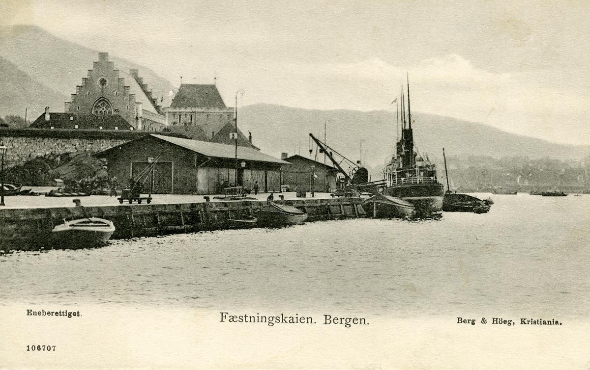 Postkort med motiv fra Festningskaien i Bergen.