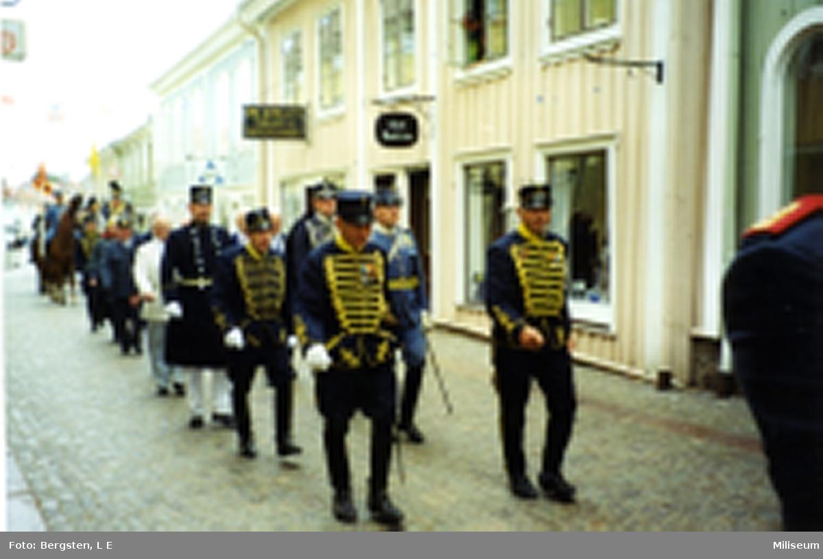 Uniformer: Smålandshusarer m. fl. till fots. (I Eksjö).