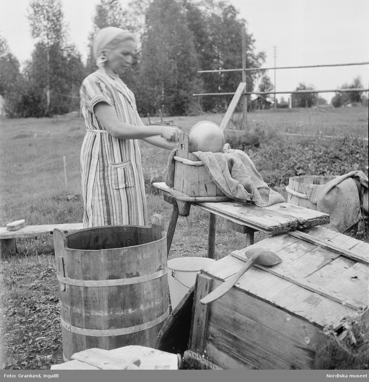 Ölbryggning. I tunnsilen lägges över trästickorna en silduk och så hälles mäsken i och sötan rinner ur. Gruddbo by, Sollerö socken i Dalarna.