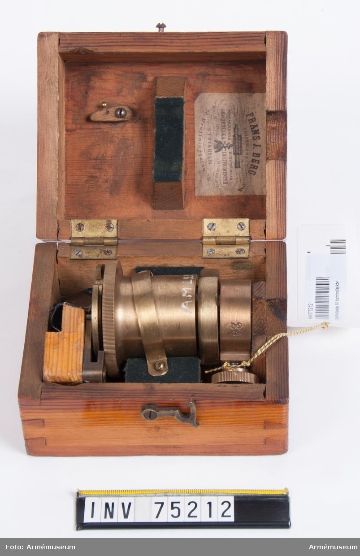 """Grupp F:V. Kontrolldelar till kontrollsikte, av år 1885, till riktinstrument till 8 cm kanon m/1881 och m/1894 (6 delar) Tillverkningsnummer: 24  Etikett i låda: """"Frans J. Berg, Prisbelönt Stockholm 1851 och 1860. Malmö 1865. Moskwa 1872. Förfärdigar & konstruerar geodetiska instrumenter. Stockholm 76. Drottninggatan 76."""""""