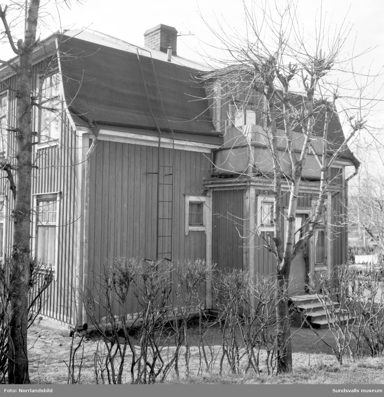 Numera rivet bostadshus vid Krönvägen 27, i hörnet av Linneagatan, i västra Skönsberg/Haga.
