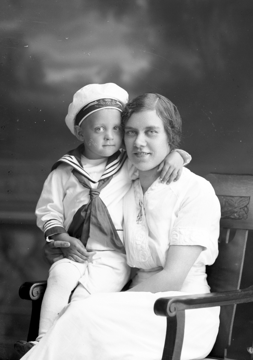 Fru Olsson med sonen Erik. Forsbacka Station